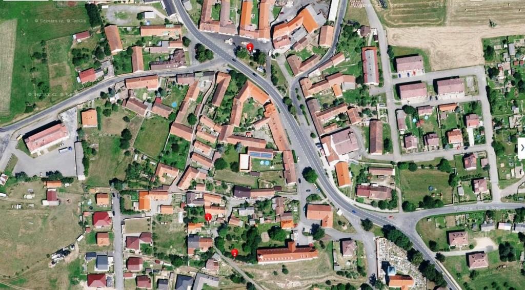 Letecký pohled na rodnou obec Sylvestra Krnky Velký Bor. Bod číslo 1 vyznačuje polohu domku č. p. 70. Bod č. 2 vyznačuje polohu obecní studny. Bod č. 3 vyznačuje umístění pamětní desky slavnému velkoborskému rodákovi.