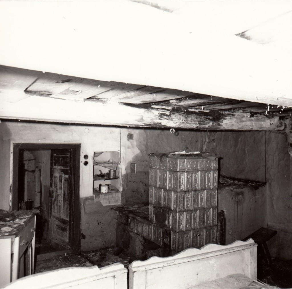 Vnitřní uspořádání v hlavní světnici, konec 80. let 20. století.